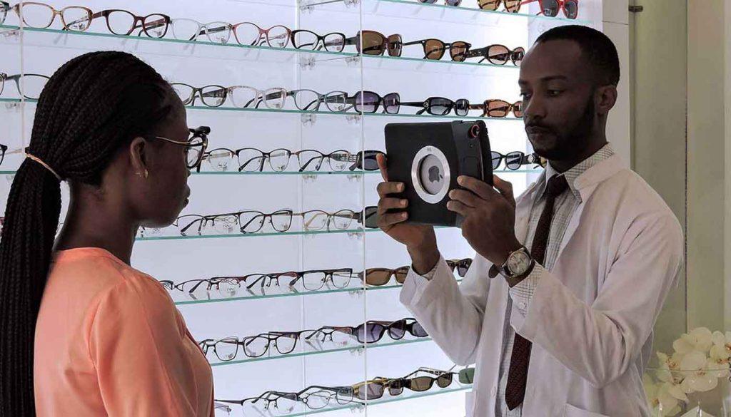 consultation pour le choix des verres de lunettes au Togo et au Bénin